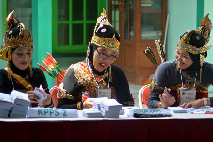 Sejumlah petugas Kelompok Penyelenggara Pemungutan Suara (KPPS) berbusana tokoh wayang Srikandi di Tempat Pemungutan suara (TPS) 19, Pondok Wage Indah, Aloha, Sidoarjo, Jawa Timur, Rabu (9/12)